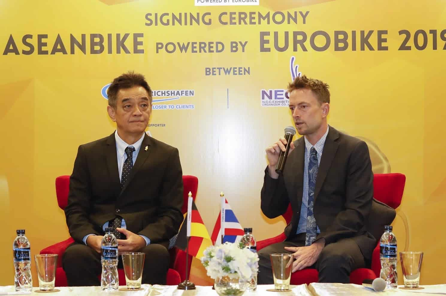 Stefan Reisinger (R), Head of EUROBIKE, and Sakchai Pattarapreechakul, President of N.C.C. Exhibition Organization Co.,Ltd.